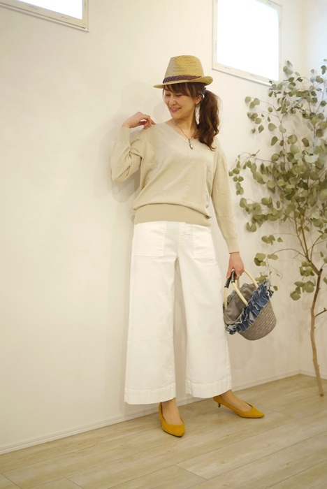 Anna Kerry(アンナケリー)星柄ジャガードVネックニット、春のベージュと白のワイドパンツの30代40代コーディネート