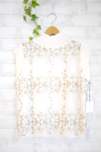 EMUE(エミュ)花刺繍チュール重ねフレンチ袖ハイネックニット、ホワイト(白