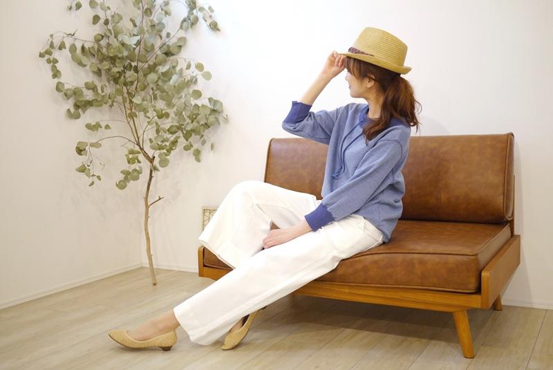 Priority(プライオリティ)通販、デニムブルーのパーカと白のワイドパンツの30代40代コーディネート