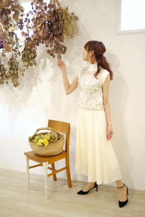 EMUE(エミュ)花刺繍チュール重ねフレンチ袖ハイネックニット、ホワイト(白)の30代40代向けコーディネート