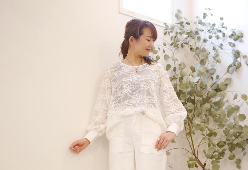 EMUE(エミュー)花刺繍チュールブラウス白のオールホワイトコーディネート