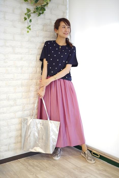 Anna Kerry(アンナケリー)星刺繍丸首Tシャツ・ネイビーxホワイトとパープルスカートのコーディネート