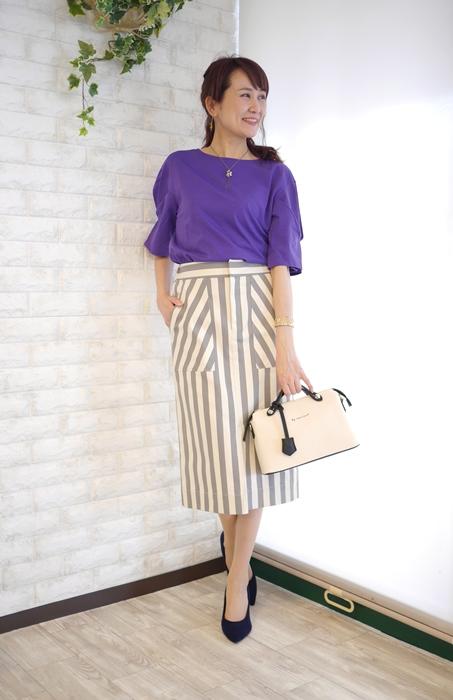Cloche(クロッシェ)大人可愛い前スリットストライプタイトスカート、ホワイトxグレーとパープルのTシャツの30代40代向けコーディネート